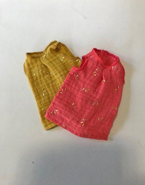 *Lot de robes pour poupées Las Amigas de Paola Reina (21cm), en double gaze corail et moutarde à motifs dorés