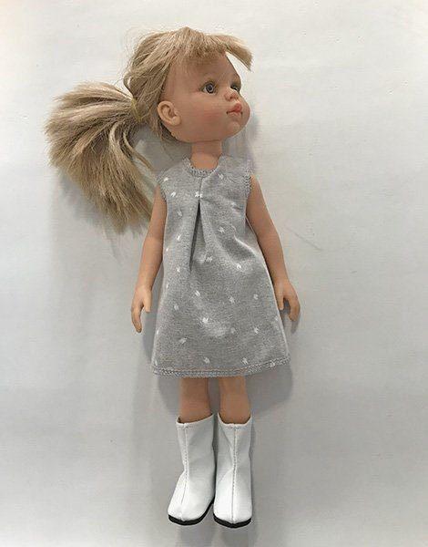*Poupée Amigas Carla et son ensemble, robe grise et bottes blanches