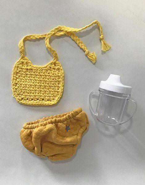 *Ensemble culotte en coton surpiqué moutarde / bavoir en crochet jaune des sables / biberon