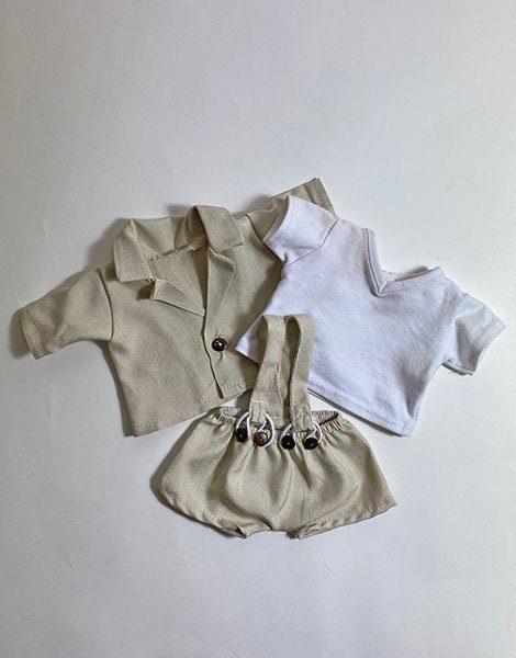 *Ensemble t-shirt blanc col V / Salopette crème / Veste crème